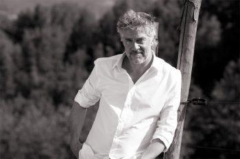 Wit overhemd gedragen door een man